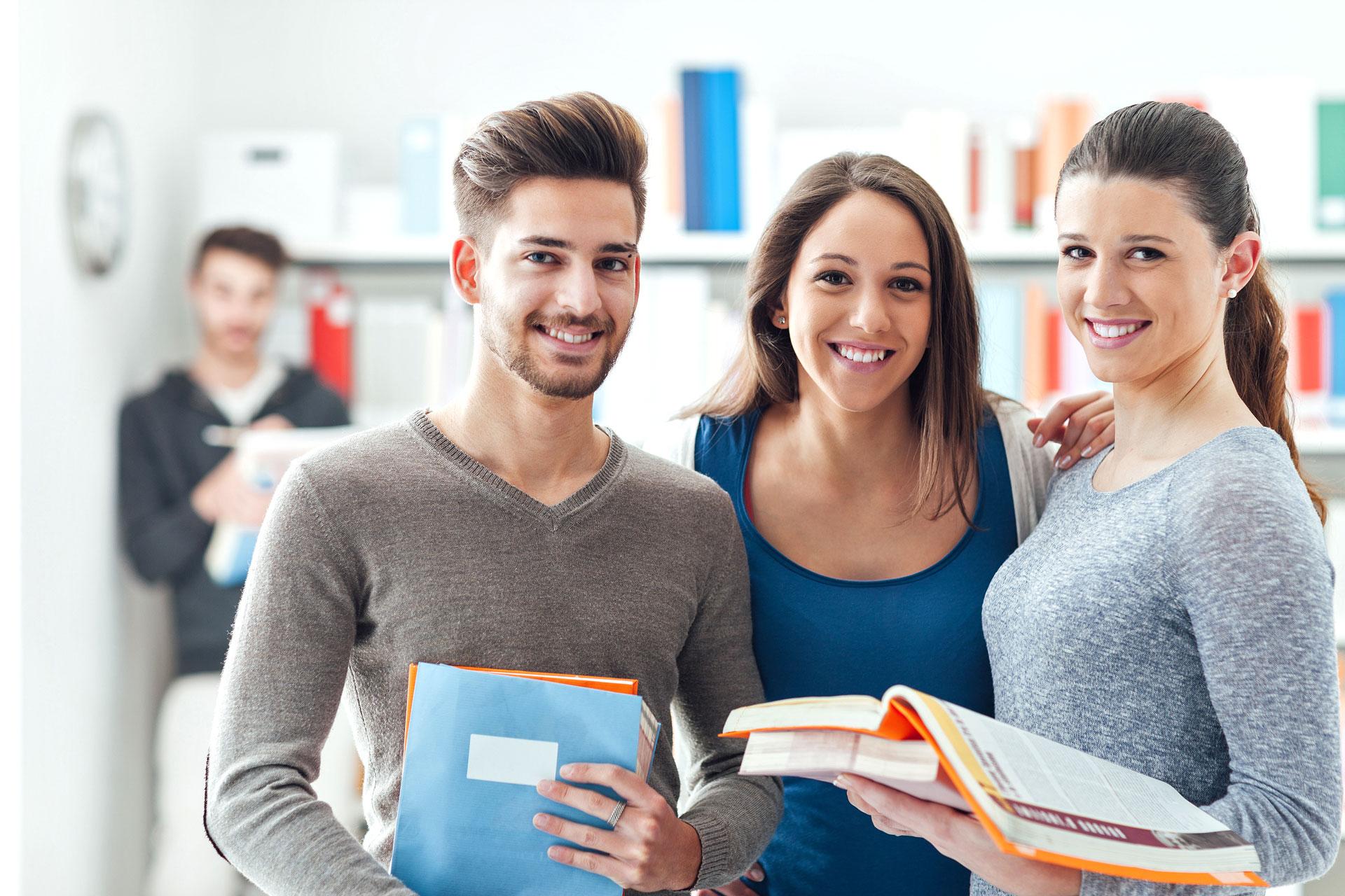 Drei Schüler schauen in die Kamera