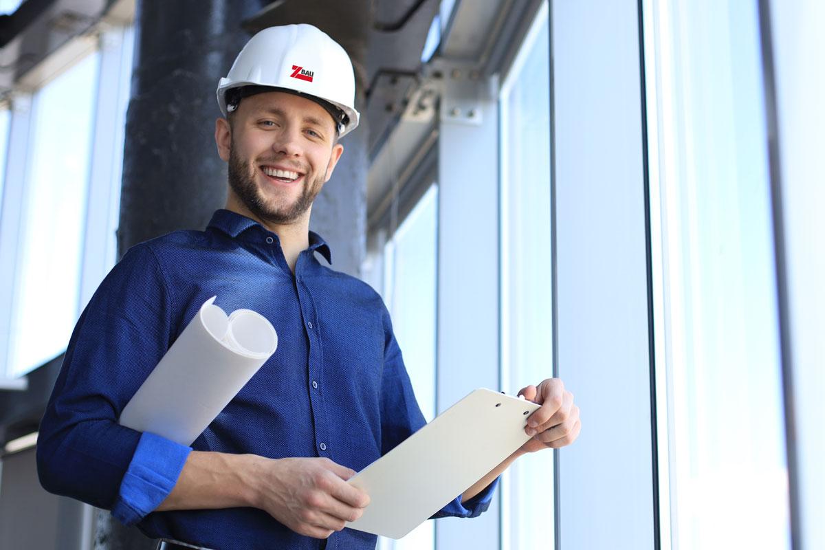 Architekt mit Schutzhelm auf einer Baustelle